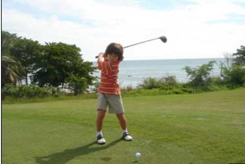 bambina gioca a golf