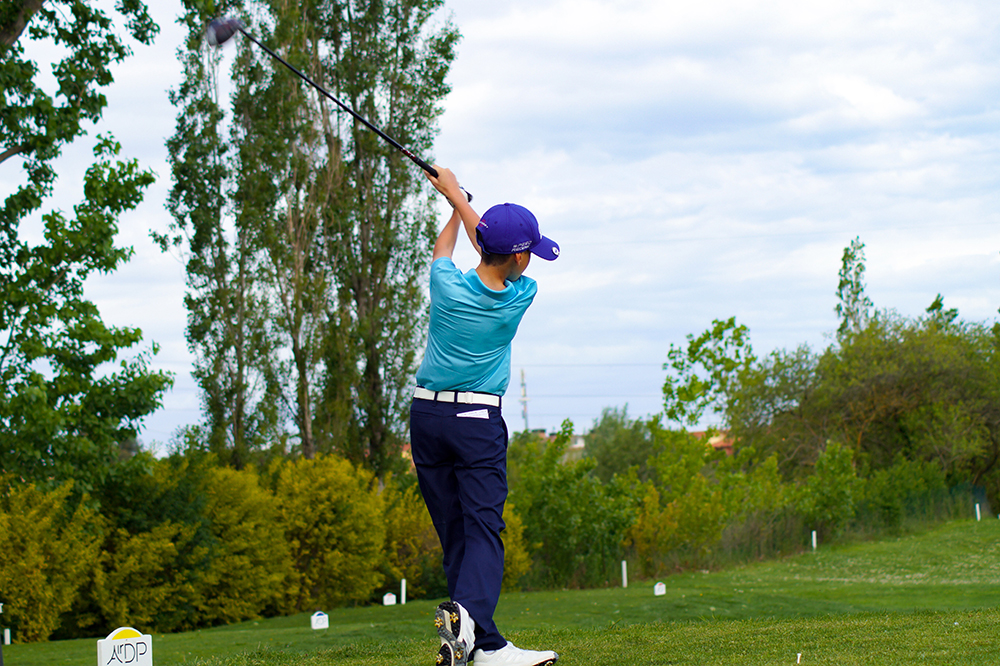 bambino che fa golf